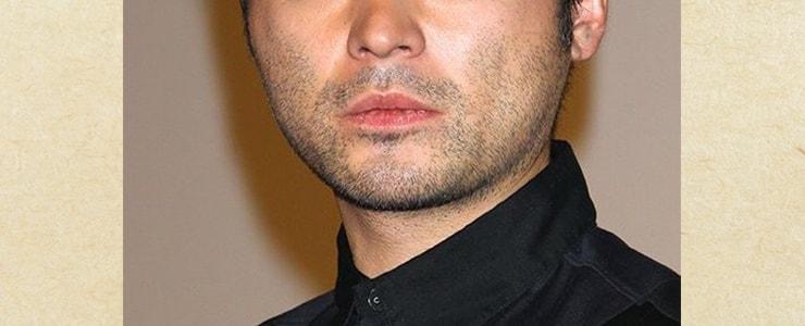 髭の濃い男性