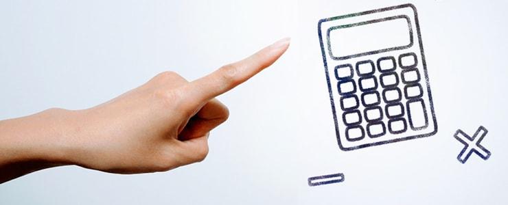 コストを計算する男性の手と電卓