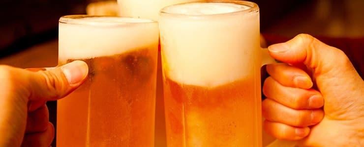 飲み会で乾杯する男性
